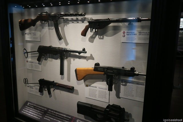 Glass case displaying modern machineguns at the Swedish Army Museum.