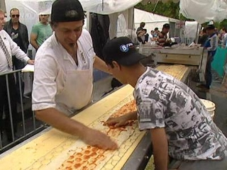 World's biggest pizza photo, World's biggest pizza picture, World's biggest pizza video, world's longest pizza 2011, world's longest pizza world record, world's longest pizza picture, Melbourne giant pizza picture, 2011 world's longest pizza, Longest pizza in the world