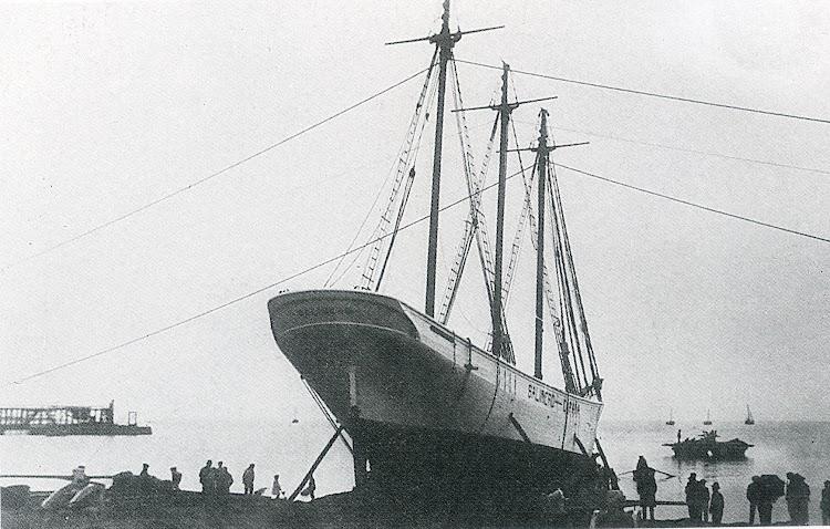 Botadura del pailebot SALINERO. Torrevieja. Año 1918. Foto Darblade. Del libro Los Ultimos Veleros del Mediterraneo. Tomo II.jpg