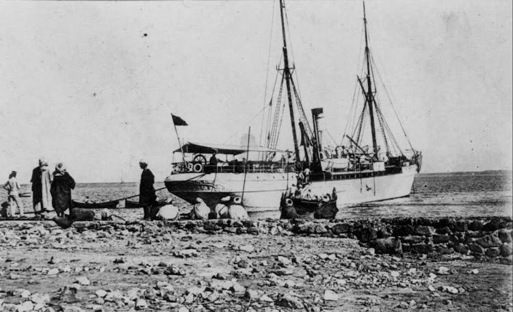 Estupenda foto del SEVILLA en funciones de aljibe. Año 1909. Islas Chafarinas. De la pagina web ESTUDIOS MELILLENSES.jpg