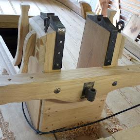 De Mastkoker. De mastkokerwangen zijn goedbeschouwd de enigste rechte stukken hout aan het schip. Verder heeft ieder onderdeel haar eigen specifieke vorm