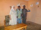 Suor Luciana con un disabile assistito dalla missione