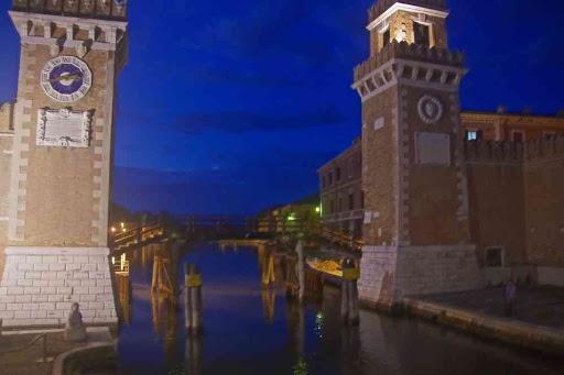 L'arsenal de Venise à la nuit tombante.