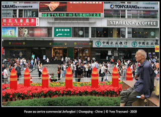 Pause au centre commercial Jiefangbei | Chongqing - Chine | © Yves Traynard - 2009
