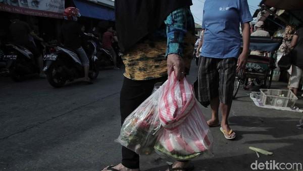 Terbitkan Pergub, Anies Larang Kantong Plastik di Mal hingga Pasar