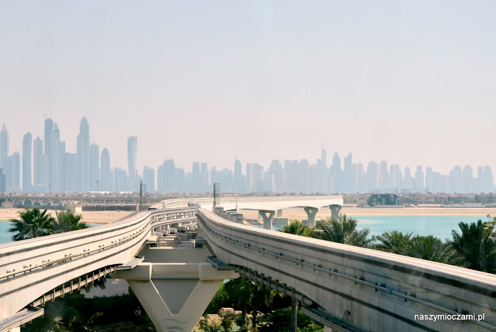 Widok z kolejki szynowej na wyspie w kształcie palmy (Palm Jumeirah)