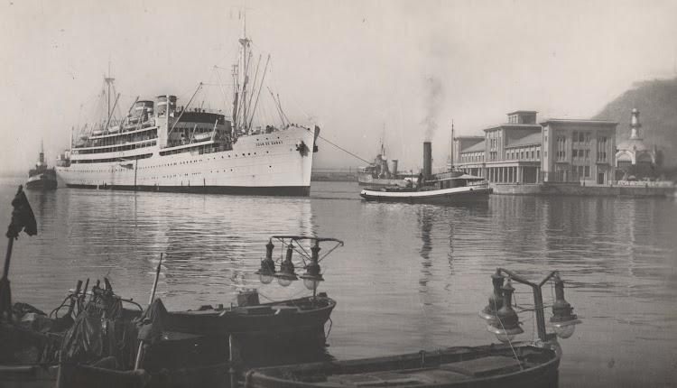 Extraordinaria foto del JUAN DE GARAY entrando en el puerto de Barcelona. Foto Colección de Manuel Mohedano Torres.jpg