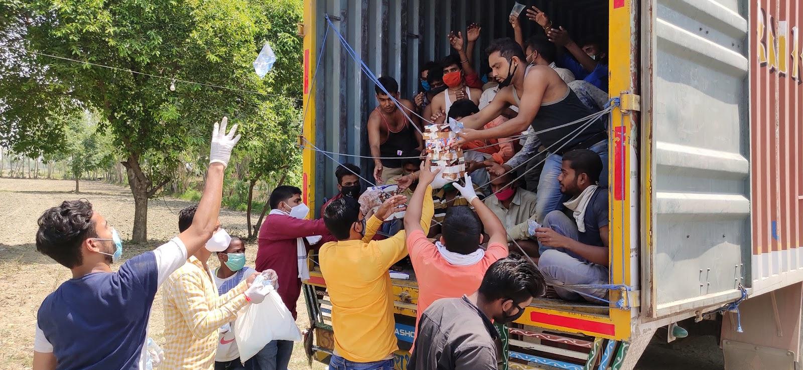 फैज अंसारी  धर्मापुर, जौनपुर। रहमान वेलफेयर सोसायटी गौराबादशाहपुर के द्वारा कस्बे से लगे चोरसन्ड गांव के पास पूर्वांचल पब्लिक स्कूल पर कैम्प लगाकर शनिवार को सुबह से ही सैकड़ों प्रवासियों को भोजन व नाश्ते पानी का वितरण किया।