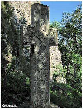 Крест при входе в замок Бран