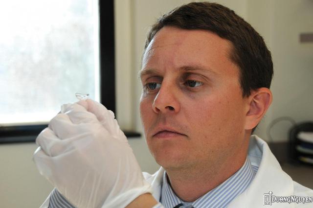 Bác sĩ Joseph B. Ciolino với chiếc kính áp tròng trên tay.
