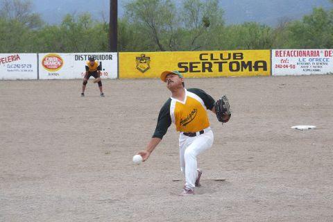Nabor Soto de Fantasmas lanzando en el softbol del Club Sertoma