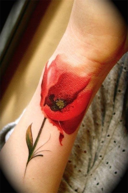 linda_flor_vermelha_no_pulso_da_tatuagem