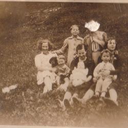 Tante Johanna og mamma med barn og søsken
