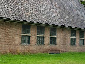 De haken waar de stalen luiken voor de ramen zaten zijn nog aanwezig op Zuidkamp gebouw Z33