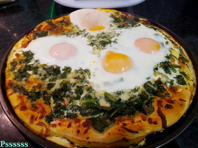 Pizza de tomate, salsa picante, espinacas y huevos en thermomix ®