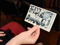 04 Ajándékot is hozott - korabeli képeslap a Szent Jobb bevonulásáról Rimaszécs településen - családi ereklye.jpg