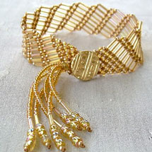 pulseira feita usando a técnica macramê trabalhado e miçangas