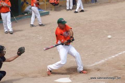 Omar García bateando en el softbol dominical
