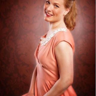 Yvonne in ihrer Rolle als Lizzie in Die seltsame Gräfin von Edgar Wallace im Brandenburger Kulturstadl, löwchenzimmer, loewchenzimmer