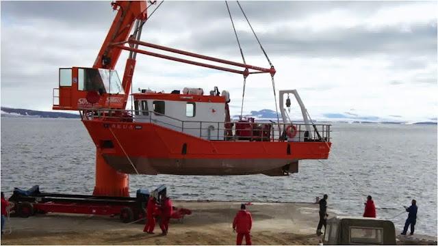 부두의 40톤 크레인과 40톤급 해양조사선 스쿠아