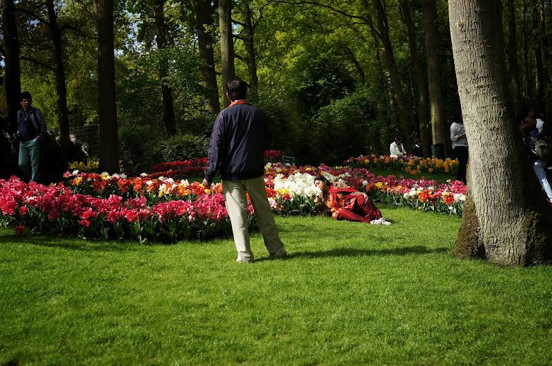 Berpose di taman bunga