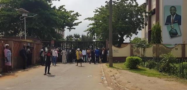 BREAKING: Civil servants stranded as #EndSARS protesters shut Alausa Secretariat