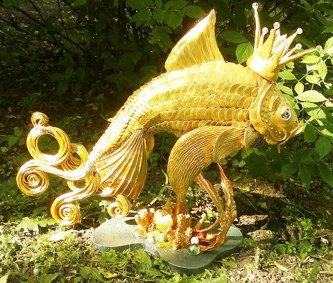 السمكه الذهبيه من السلك والجبس وعجينه السيراميك