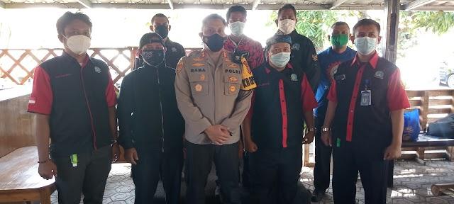 Polres Karawang Berikan Bantuan Kepada Serikat Buruh Kabupaten Karawang Yang Terdampak PPKM.