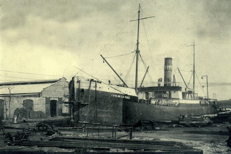 El CAROLINA E. DE PEREZ reparando en el dique de El Astillero. Foto colección de F. García Marin. Del libro Los Barcos de Perez y Cia..jpg