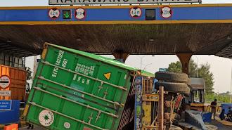 Truk Kontainer Tabrak Gerbang Tol Di Karawang Akibat Rem Blong