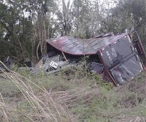 Caminhão da Moleca 100 Vergonha vira no último dia do ano