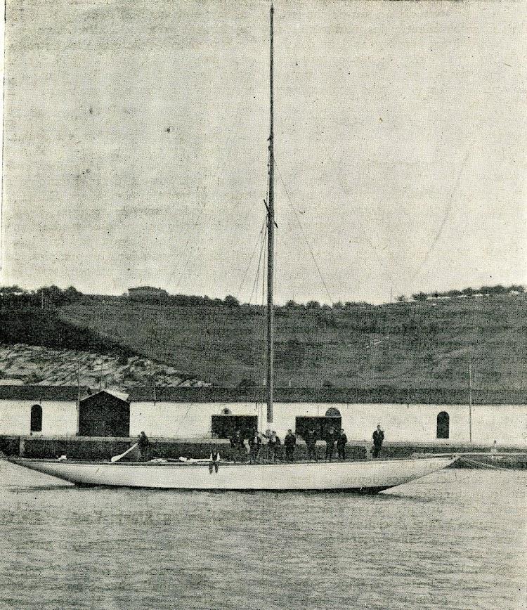 El ENCARNITA delante de los astilleros Karpard. De la revista Le Journal de la Marine. Le Yacht. 1909.jpg