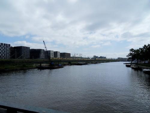 Palazzi moderni sul canale