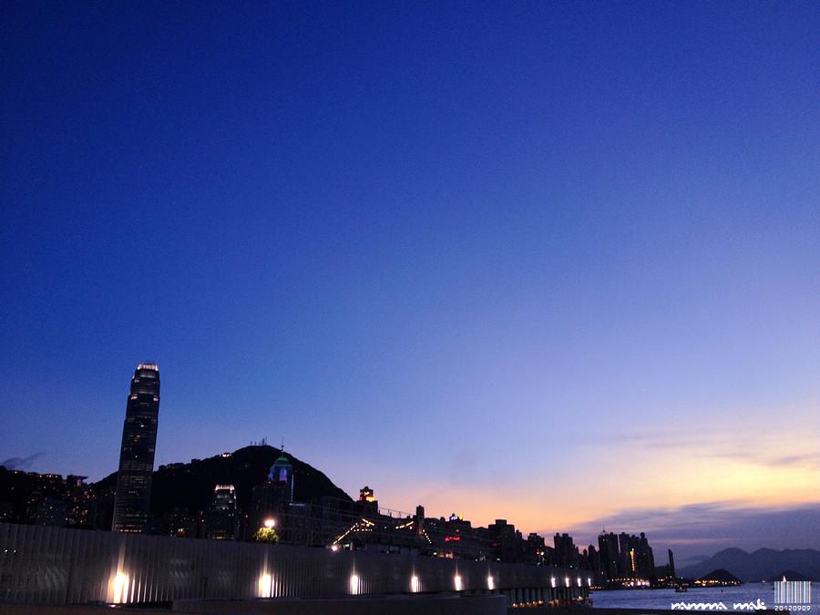 夜幕垂下前的晚霞與藍天。