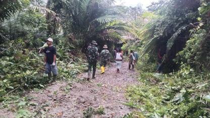 Antusiasme Warga Gotong-royong Perlebar Jalan Desa di TMMD Kodim Tapsel