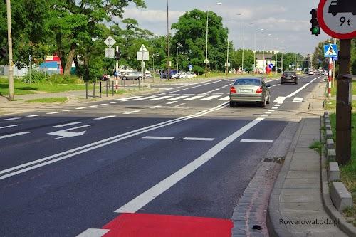 Pas ruchu dla rowerów spowodował zawężenie pasa ruchu dla samochodów do 2,75 - i jak widać samochód się mieści z rezerwą.