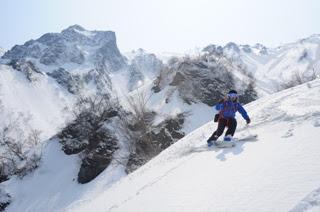 別山を背景に滑る