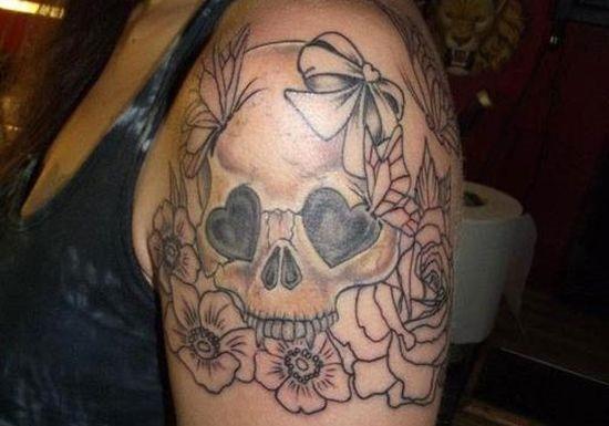 o_preto_e_o_cinza_açcar_crnio_tatuagem_com_o_coraço