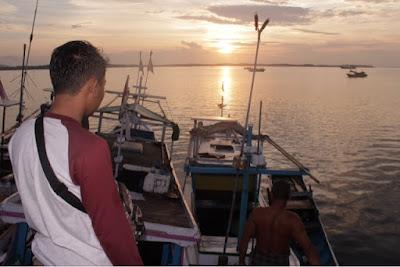 matahari terbit. sunrise. Kapal-kapal nelayan Teluk Tamiang ini sudah lumayan canggih. Kelistrikannya menggunakan solar panel.