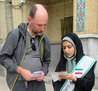 Chris und Ausländer-Betreuerin Fatima am Schāh Tscherāgh , Schiras, Iran