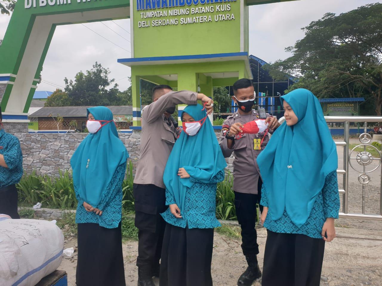 Cegah covid -19, Polda Sumut bagikan 2000 Masker gratis untuk santri Pesantren Mawaridussalam