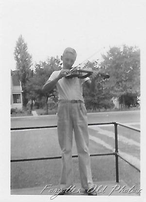 Boy and violin DL ant