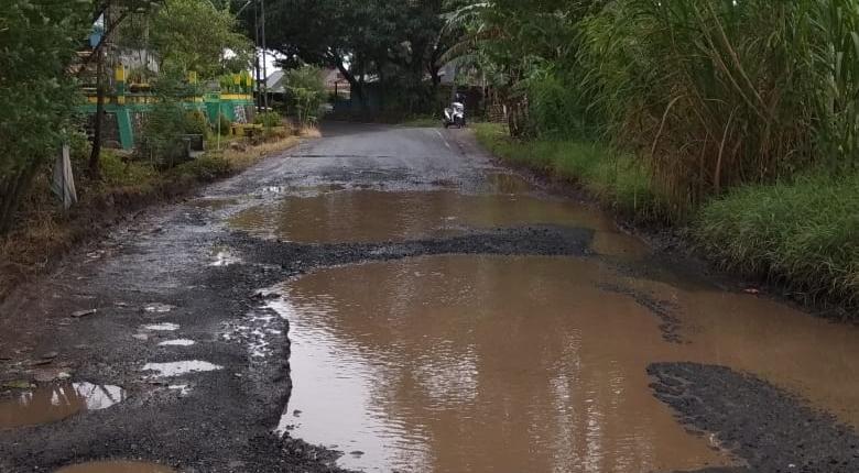 Hati-hati, Jalan Berlubang di Jalur Poros Bulu Dua-Makassar Rawan Kecelakaan