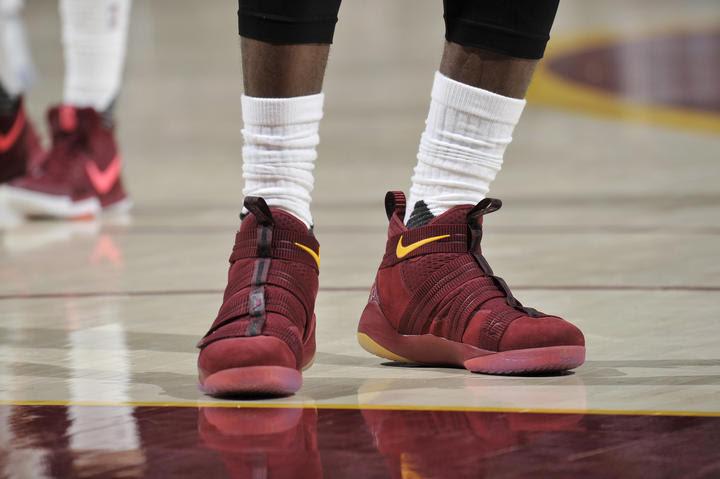 Mẫu Soldier XI phối màu giống với màu áo của Cavaliers trên chân LeBron trong một trận đấu tại Playoffs năm nay.