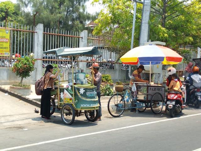 Monitoring jajanan di depan sekolah (rif/lintasmojo)