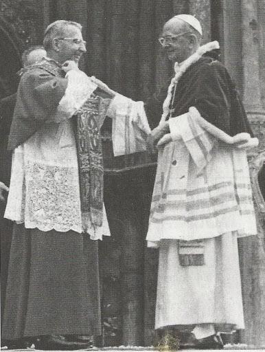 Paolo VI consegna simbolicamente la sua stola al Patriarca Albino Luciani (Venezia, 1972)