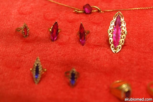 bentuk cincin emas dan batu permata yang digunakan majlis pertunangan orang Melayu dulu-dulu