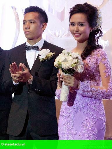 Hình 6:   Cô dâu của Văn Quyết rạng rỡ trong lễ cưới