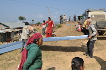 Tým Člověka v tísni distribuoval lidem v nepálské vesnici Simthali materiál na opravu a stavbu obydlí. (Foto: Petr Drbohlav)