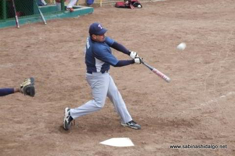 Ricardo Cárdenas bateando en el softbol dominical